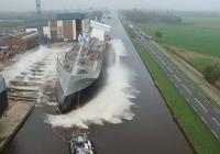큰선박이 제조된후 첨으로 물만날때.gif