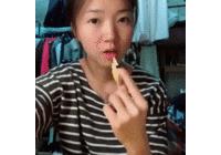 우울할때마다 보는 과자 한입에 먹기!