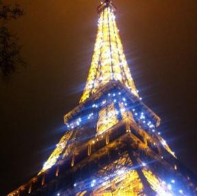 에펠탑 밑에서 찍은것